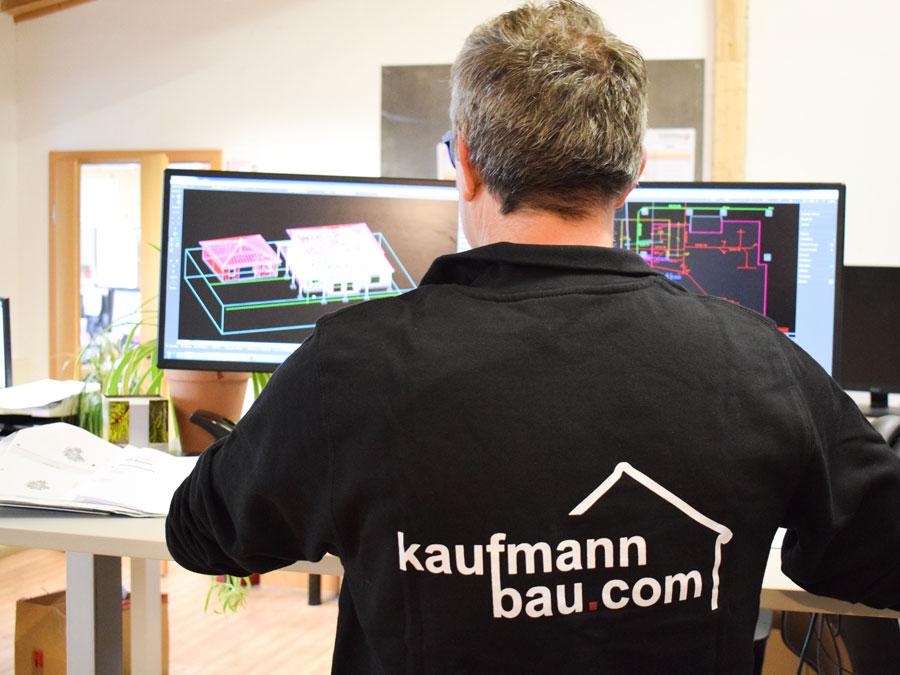 Flexibler und exakter Bauablauf beim Einfamilienhaus mit Kaufmann: Mann am CAD