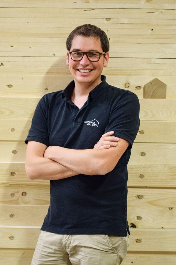 Kaufmann Bau: Peter Kaufmann vor Holzwand